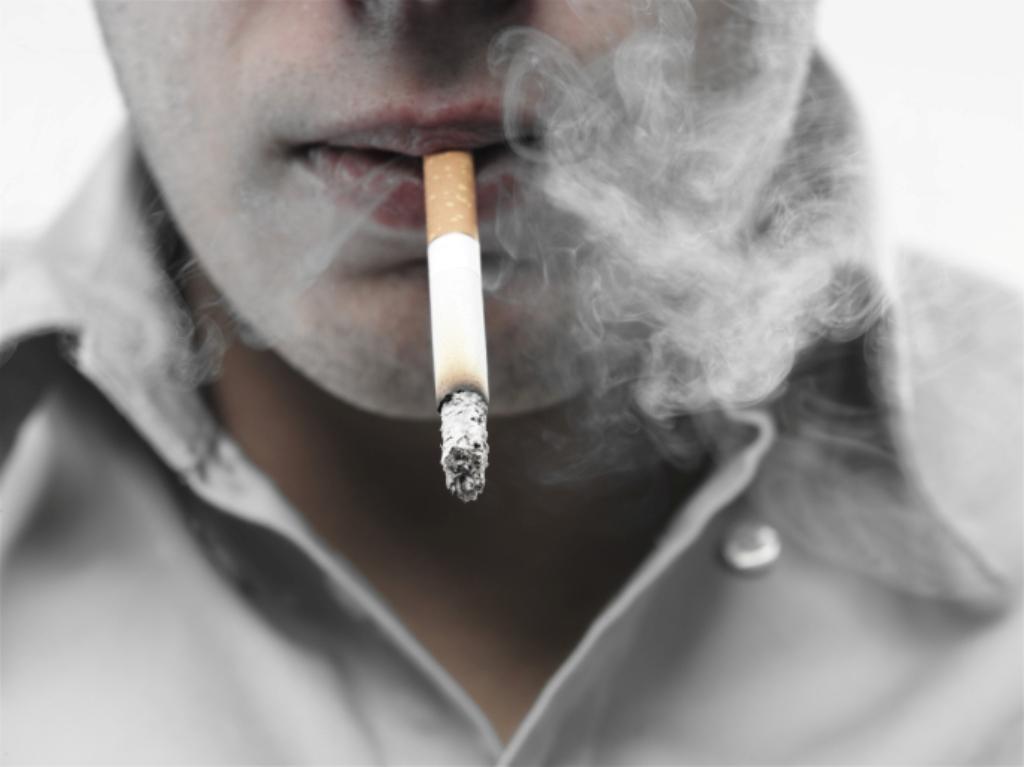 ragazzo che fuma una sigaretta